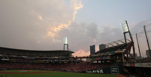 広島読売降雨試合が中断。 闇賭けの空は半分青かった(撮影・加藤孝規)