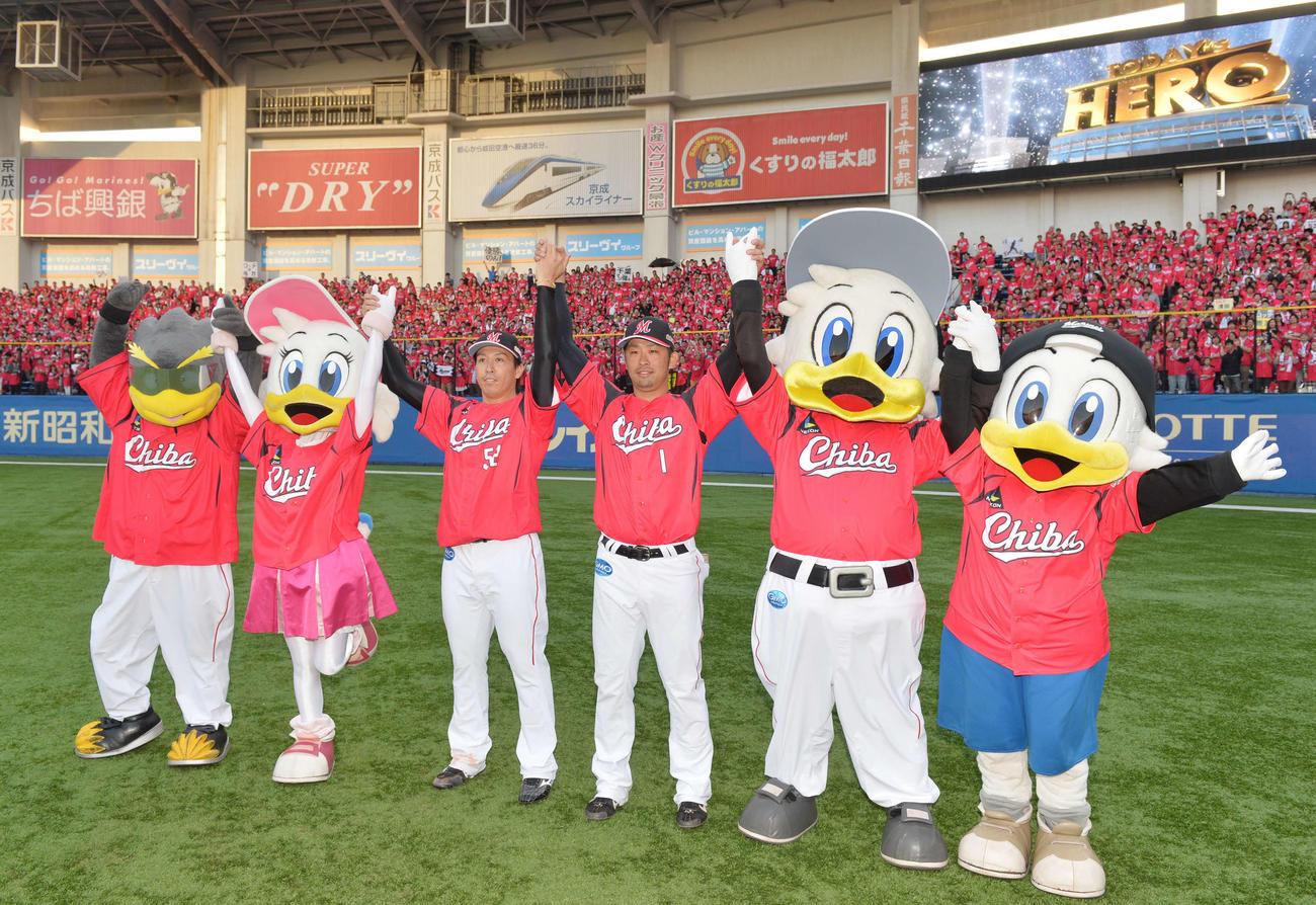 外野スタンドのChibaユニホームを着た満員のファンと一緒にバンザイをするロッテ清田(中央右)と益田(同左)(2016年5月7日撮影)