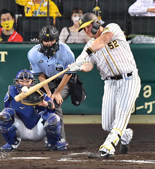 4回裏阪神1社2三塁、右中間に逆転3点本塁打を放つサンズ(撮影・上田宏)