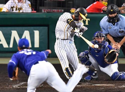 5回裏阪神2死2塁、仲間にタイムリーヒットを放つ近い本(撮影・上田宏)