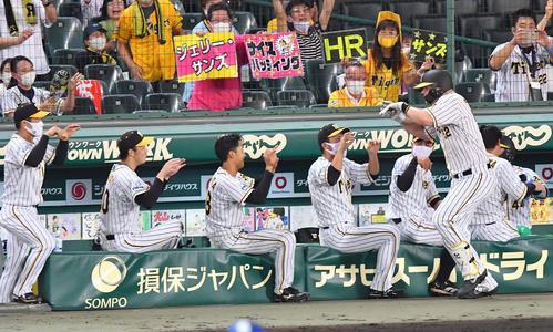 6回裏阪神1死、左中間越え2打席連続ホームランナインとハッピーヘンジュウルサンズ(撮影・上田宏)