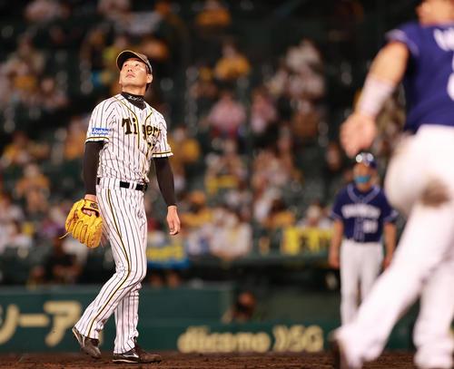 8回表中日2死満塁、三菱スエード左飛抑制岩崎(撮影・清水貴仁)