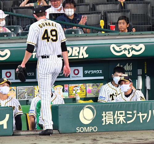 阪神中日8回表中日1社した3塁、ジョー間けるに(左)に置き換えることが矢野明宏監督(右から2番目)(撮影・上田宏)