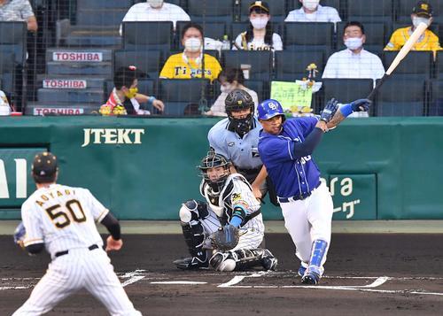 1回表中日2社塁左翼線に先制タイムリー二塁打を放つビシも(撮影・上田宏)