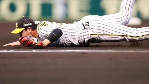 1回表中日2社塁、三菱もの打球に一塁手大山が横跳びも与えずに先制タイムリー二塁打される(撮影・清水貴仁)
