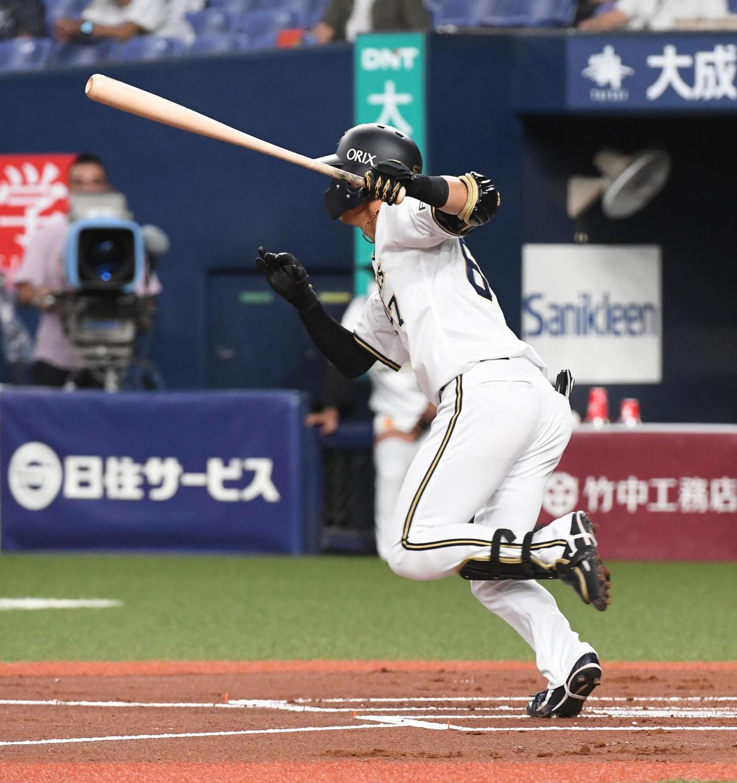 オリックス対ロッテ 1回裏オリックス1死二塁、中川は先制の右適時二塁打を放つ(撮影・前岡正明)