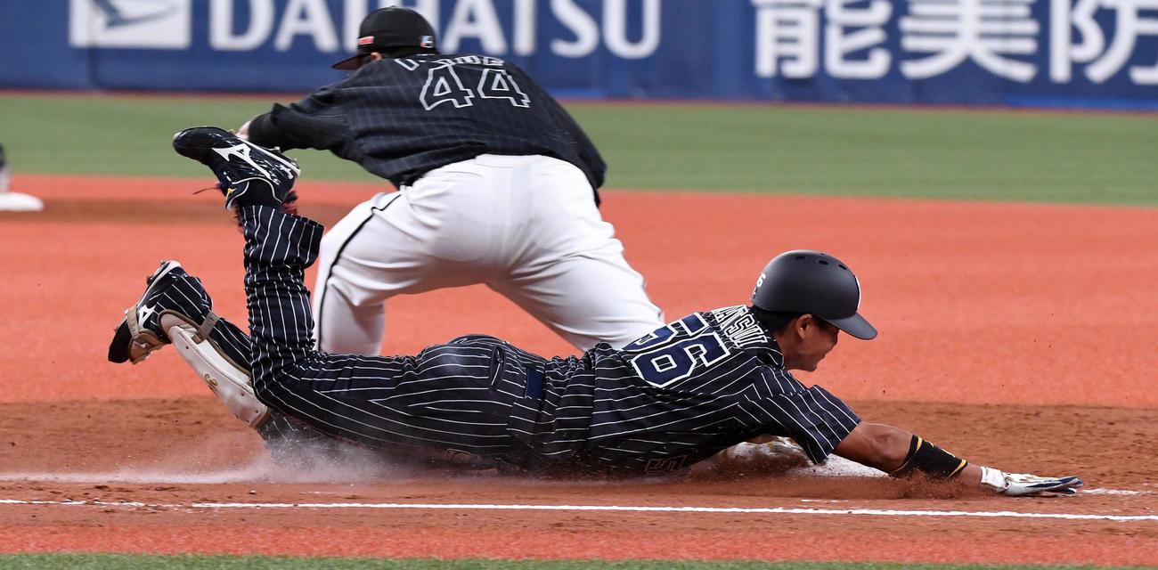 オリックス対ロッテ 4回裏オリックス1死一、三塁、松井佑は投手強襲の適時内野安打を放ちヘッドスライディング(撮影・前岡正明)