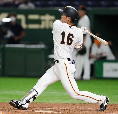 巨人のDeNA 4回裏巨人2死1塁、右越えに先制2点本塁打を放つ大成(撮影・江口和貴)