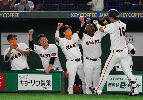 巨人のDeNA 4回裏巨人2死1塁先制2点本塁打を放った大成(右端)を迎えナイン(撮影・江口和貴)
