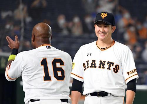 巨人のDeNA 4回裏巨人2死1塁、大成卓三の2点本塁打で笑顔菅野(撮影従う見明美)