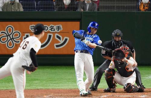 巨人のDeNA 8回表DeNA2死1,2塁右前適時打を放つ佐野。 投手中川(撮影・鈴木みどり)