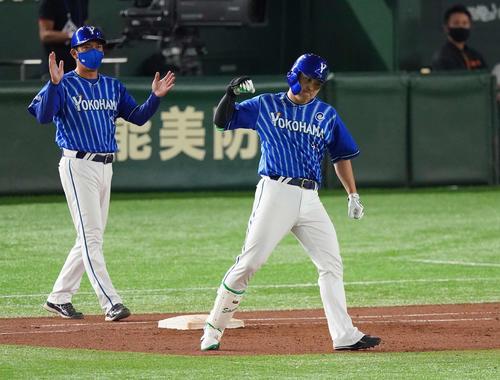巨人のDeNA 8回表DeNA2死1,2塁右前適時打を放った佐野(右)は、勝利のポーズ(撮影・鈴木みどり)