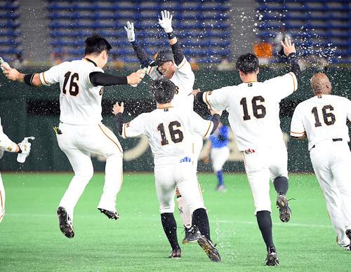 巨人のDeNA 9回裏巨人無事満塁サヨナラ安打を放ち、ナインの祝福を受ける吉川久(撮影従う見明美)