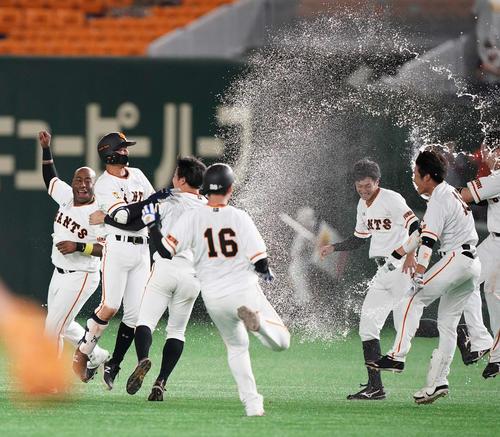 巨人のDeNA 9回裏巨人無事満塁終了タイムリーヒットを飛ばしナインから祝福された吉川久(左から2番目)(撮影・江口和貴)