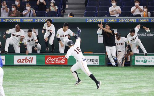 巨人のDeNA 9回裏巨人無事満塁吉川久(前)が右前にサヨナラ安打を放ち、ベンチを飛び出し、左からウィーラー、亀井松原岡本菅野丸(撮影・河野匠)