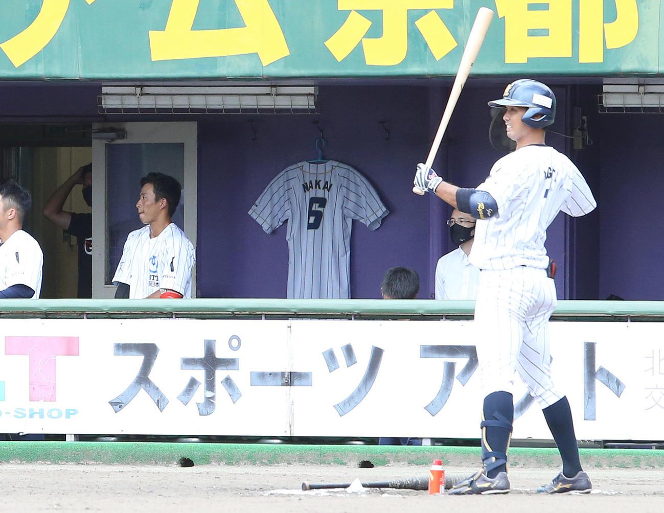 4月に亡くなった中井諒さんのユニホームが掲げられたNTT西日本ベンチ(撮影・白石智彦)