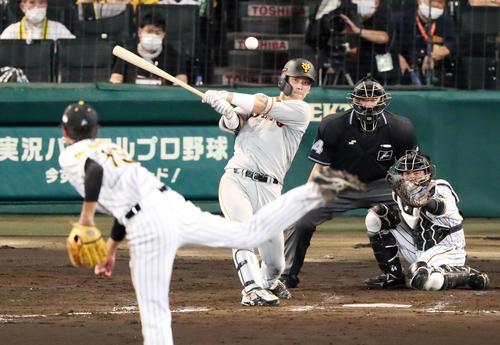 阪神大巨人2回表巨人1死1,2塁、大成は重適時打を放つ(撮影・加藤初)