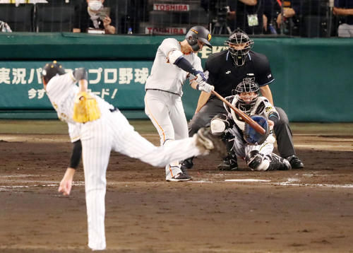 阪神大巨人2回表巨人1死1,2塁吉川尚は左前適時打を放つ(撮影・加藤初)
