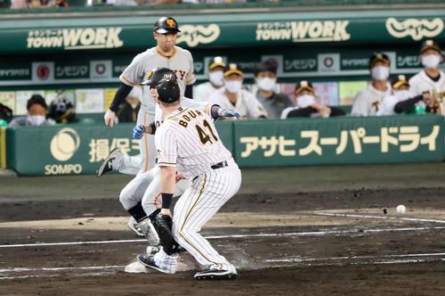 阪神大巨人5回表ジャイアンツ2死満塁ボアは松原二ゴロで小幡龍平から送球を捕球できず(撮影・加藤初)