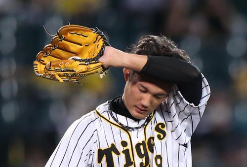 阪神大巨人5回表巨人1死、フジナミは大江戸中塁打を受けて苦しそうに汗を拭く(撮影・神山純一)