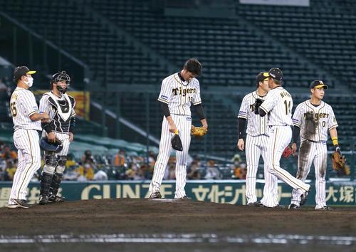 阪神大巨人5回表ジャイアンツ2社2 3塁、カメラこれ重2点適時打を打たれ、鋼板のフジナミ(中央)は、交互ノミ(前右)頭を下げる(撮影・神山純一)