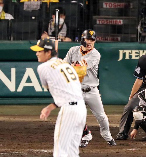 阪神大巨人5回表ジャイアンツ2社2 3塁、亀井は重適時打を放つ(撮影・加藤初)