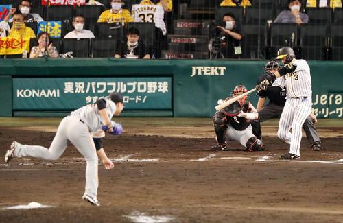 阪神大巨人7回裏阪神1社大山は右越え本塁打を放つ(撮影・加藤初)