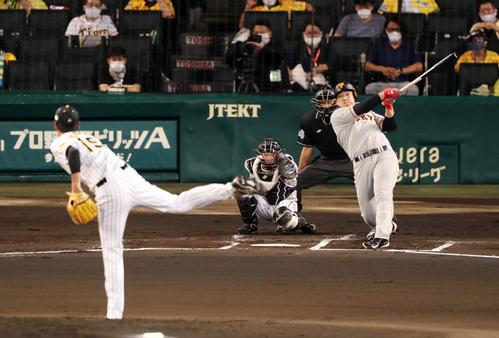 阪神大巨人2回表巨人無事岡本は中越え二塁打を放つ(撮影・加藤初)
