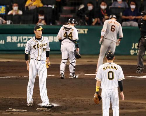 阪神大巨人2回表巨人1死満塁、フジナミは円形に付与四球で突出している(撮影・加藤初)