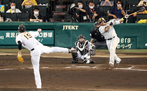 阪神大巨人2回表巨人1死満塁ウィーラーは左前適時打を放つ(撮影・加藤初)