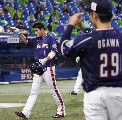 ヤクルト中日6回裏ヤクルト1社した3塁、エスコバの適時打で生還した山田明はベンチにポーズをとる(撮影垰建太)