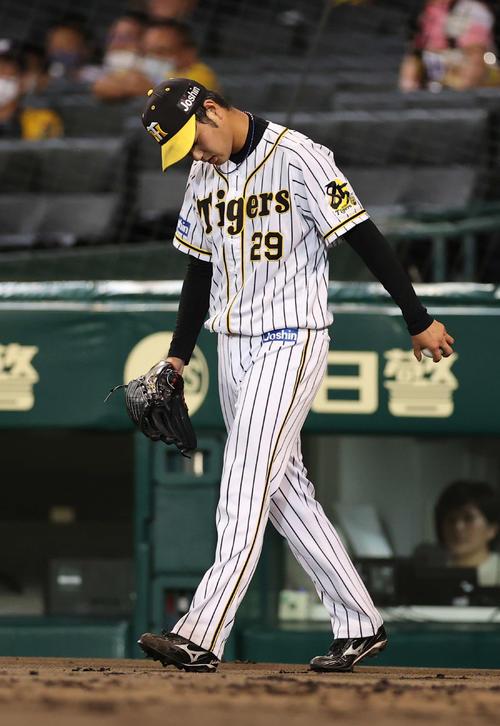 阪神大巨人4回表巨人1社2 3塁、大成中の犠牲フライで追加点を許可頭を下げた高橋(撮影・河野匠)