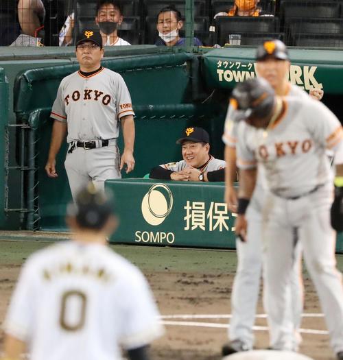 阪神大巨人5回表巨人1社した3塁、原監督は岡本左越えタイムリー二塁打で笑顔を(撮影・加藤初)