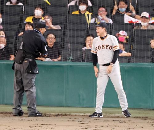 阪神大巨人7回裏阪神2社した3塁、原監督はボア右翼アルプススタンドにファウルを撮影した直後に投手交代をいう(撮影・加藤初)