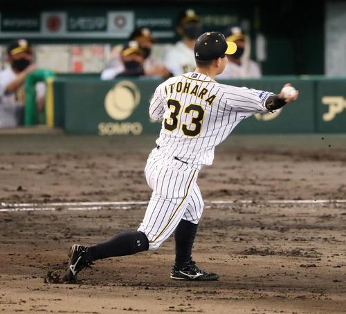 阪神大巨人8回表巨人1死満塁、糸原代打亀井の打球を捕球本塁に送球する(撮影・加藤初)