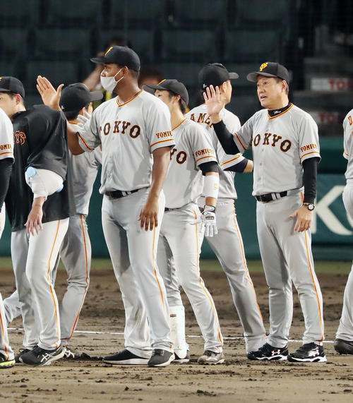 阪神巨人阪神勝利ナインをエアタッチに合わせて原監督、左はメルセデス(撮影・加藤初)