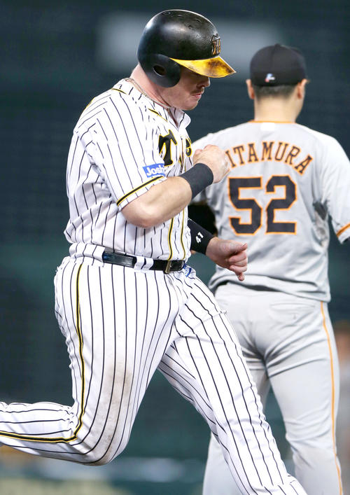 阪神大巨人7回裏阪神2社した3塁ボアはルータイムリー内野安打を放ち、勝利のポーズ(撮影・神山純一)