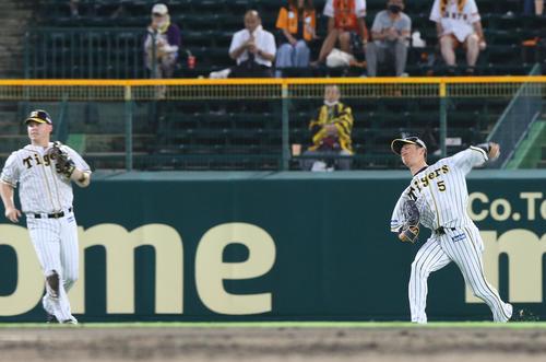 阪神大巨人3回表巨人1死満塁中堅通常この(右)は、松原の打球を捕球送球が外れゴールを与える(撮影・神山純一)