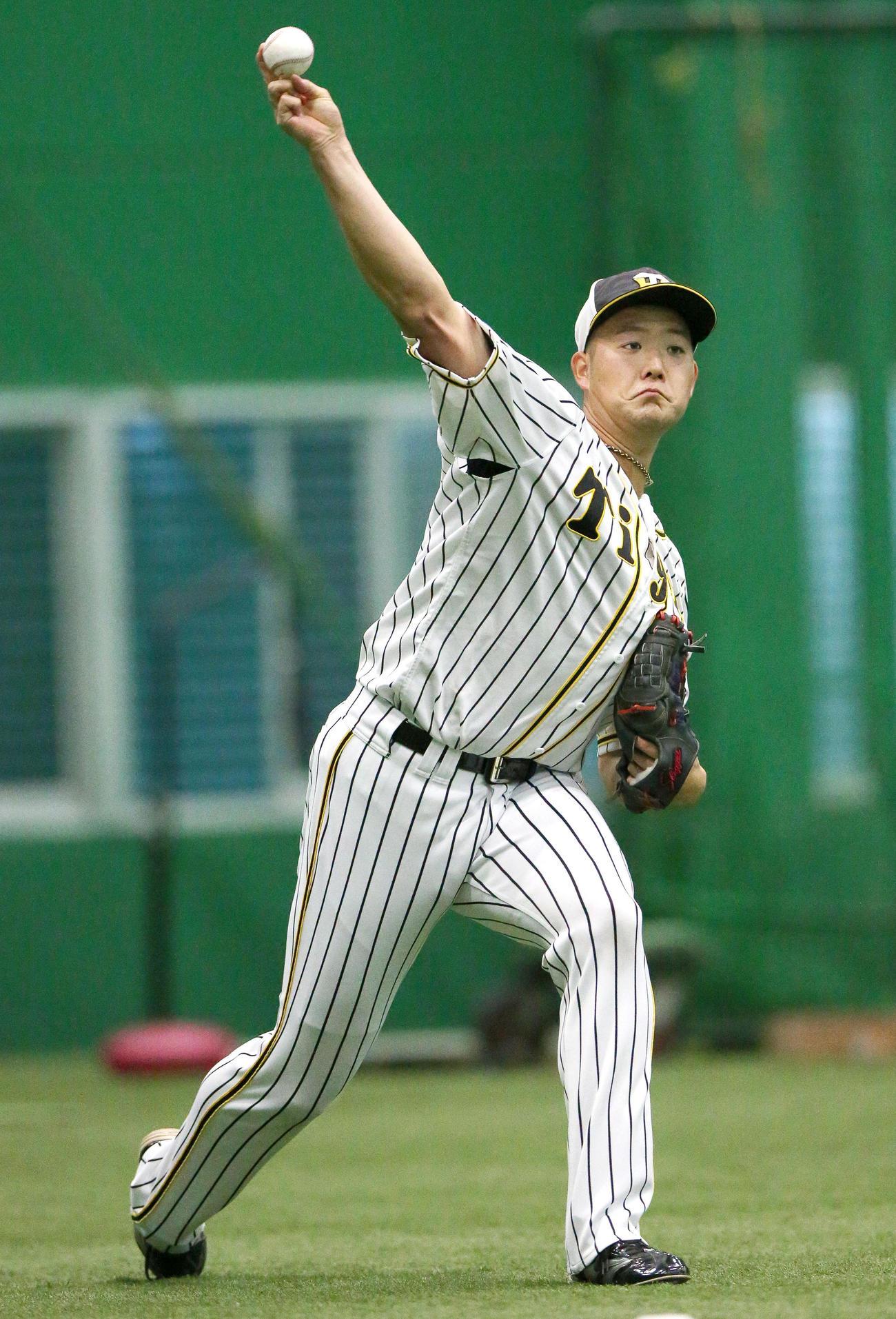 阪神対巨人 試合前、室内でキャッチボールを行う斎藤(撮影・上山淳一)