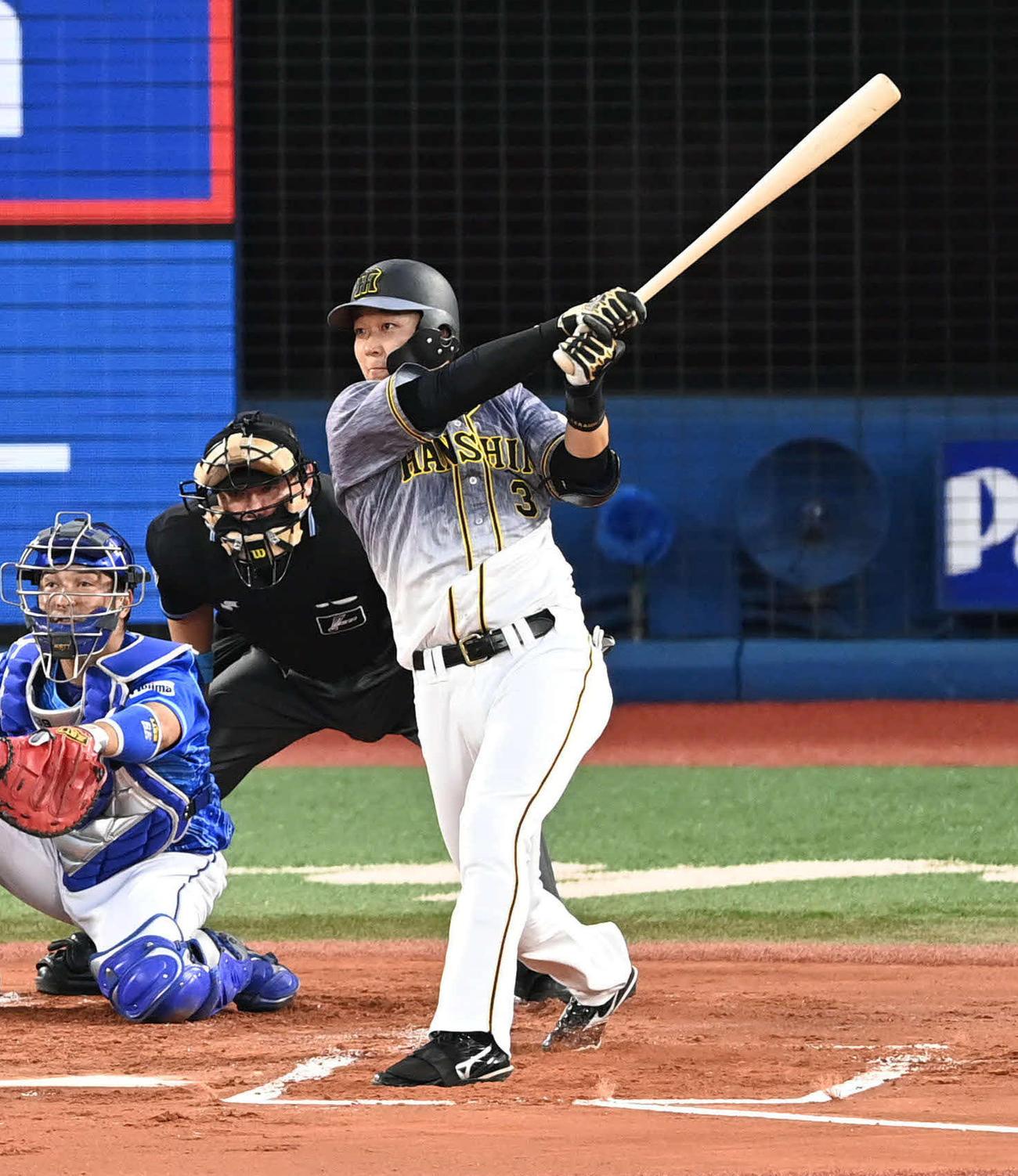 DeNA対阪神 3回表阪神2死一塁、大山は中越え2点本塁打を放つ(撮影・滝沢徹郎)