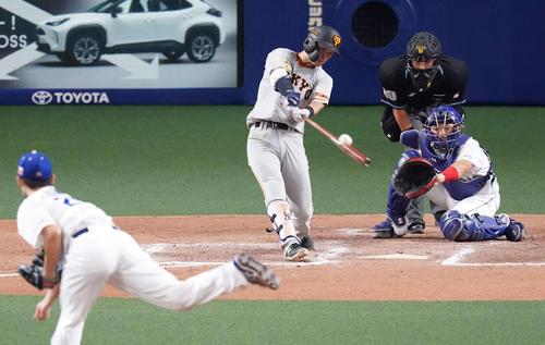 中日巨人8回表巨人無事1,2塁逆転2点タイムリー二塁打を放つ吉川久(撮影・江口和貴)