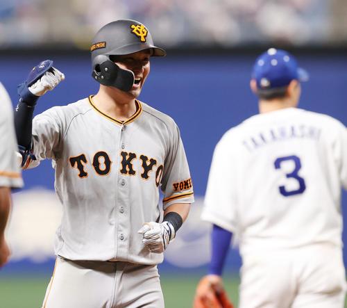 中日巨人8回表巨人無事1,2塁右翼に逆転タイムリー二塁打を放ち、勝利のポーズ吉川久(撮影垰建太)