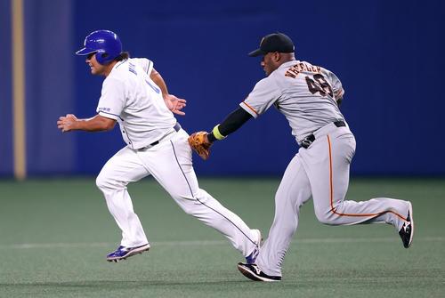 中日巨人2回裏中日1死1塁、打者溝脇と、2盗塁を狙った平田(左)は、十二終えるの食タッチアウト。 右ウィーラー(撮影垰建太)