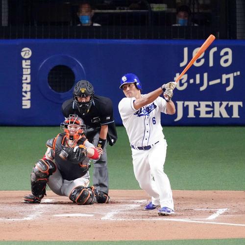 中日巨人4回裏中日2社塁右前先制適時打を放つ平田(撮影・江口和貴)