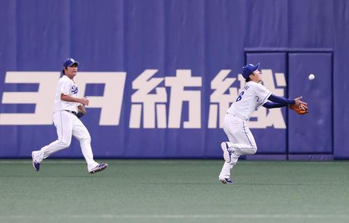 中日巨人6回表ジャイアンツ2社坂本の飛球を追って後ろ向き好捕する溝脇(右)(撮影垰建太)