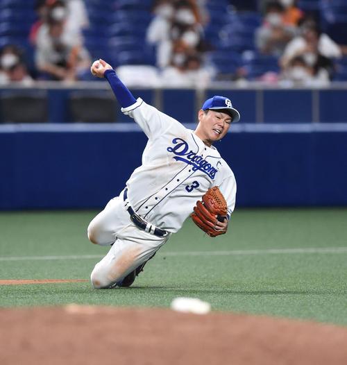 7回表巨人無事松原聖弥の打球を過ぎながら捕球ひざまずいた状態で1塁送球する高橋(撮影・森本浩一)