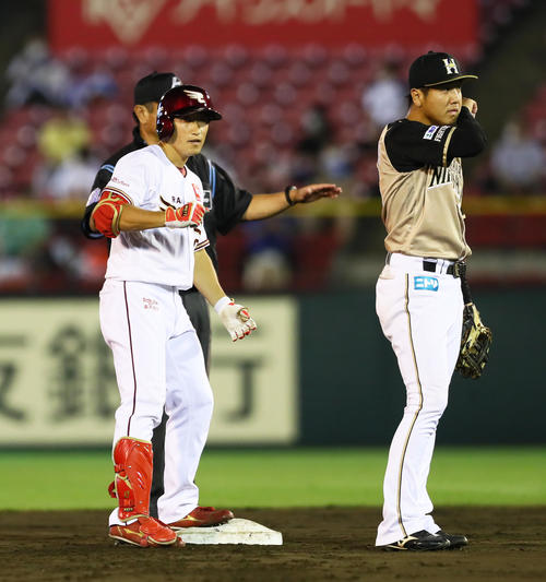 楽天の日本ハム4回裏楽天2死2塁、重適時打を放った小さな深田(左)(撮影・足立マーサ)