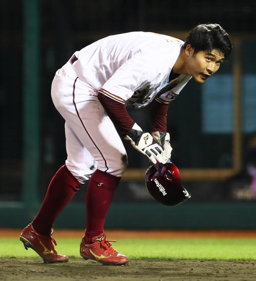 楽天の日本ハム4回裏楽天1社塁相手野選ヘッドスライディングで生還した蚊(撮影・足立マーサ)