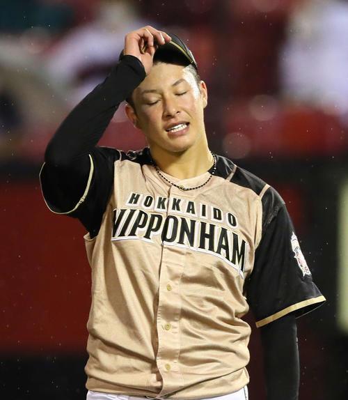 楽天の日本ハム6回途中3失点でマウンドを降りた日本ハム吉田明は悔しそうな表情を作っている(撮影・足立マーサ)