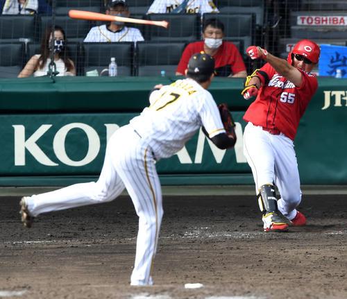 阪神広島東洋カープ5回表広島無事空振りした松山のバットがカメラの位置に飛び込む。 投手岩貞(撮影前岡正明)